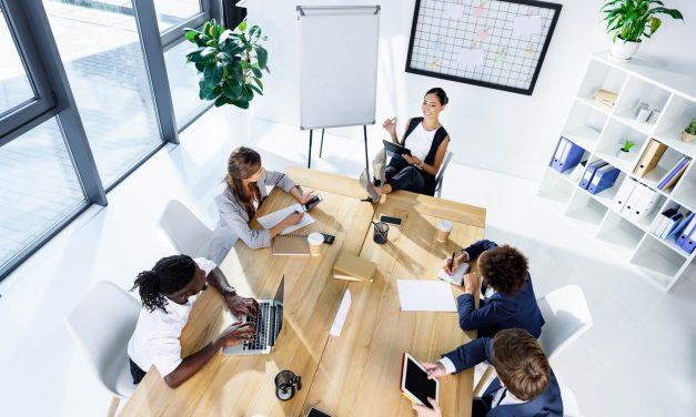 Como o ambiente pode influenciar em uma reunião de negócios?
